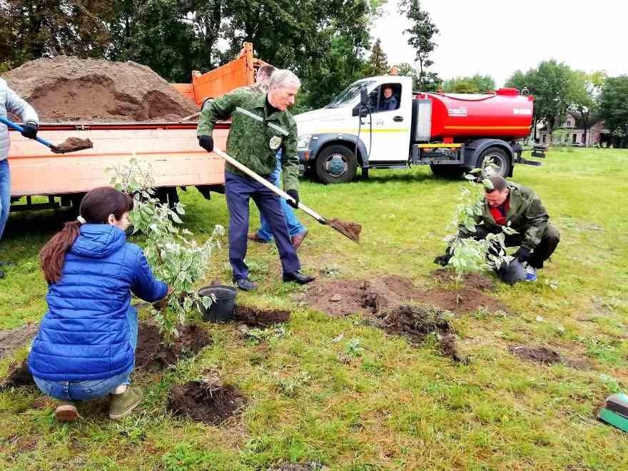 Первый заместитель Министра природных ресурсов и охраны окружающей среды Республики Беларусь Болеслав Пирштук принимает участие в акции по озеленению в г.Бресте